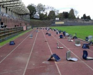 foto sillas tiradas ciudad deportiva San Vicente