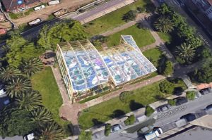 Parque infantil cubierto zona verde palmeras Arauti