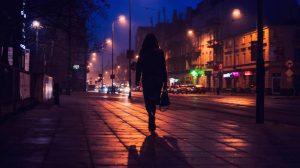 mujer bolso hablando de noche