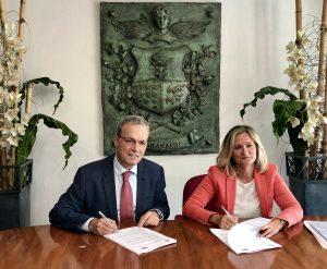 Foto de Alfredo Retortillo y Amaia del Campo firmando el acuerdo